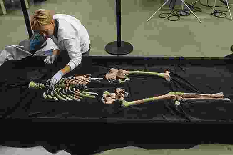 """18.jun.2015 - O acesso dos cientistas ao esqueleto do """"Homem de Kennewick"""" só foi possível em 2006, após uma batalha na Justiça que envolveu os índios, os cientistas e o governo americano. Na foto, a especialista Kari Bruwelheide, do Museu Nacional de História Natural de Washington arranja os ossos do """"Homem de Kennewick"""" - Chip Clark/NMNH, SI"""