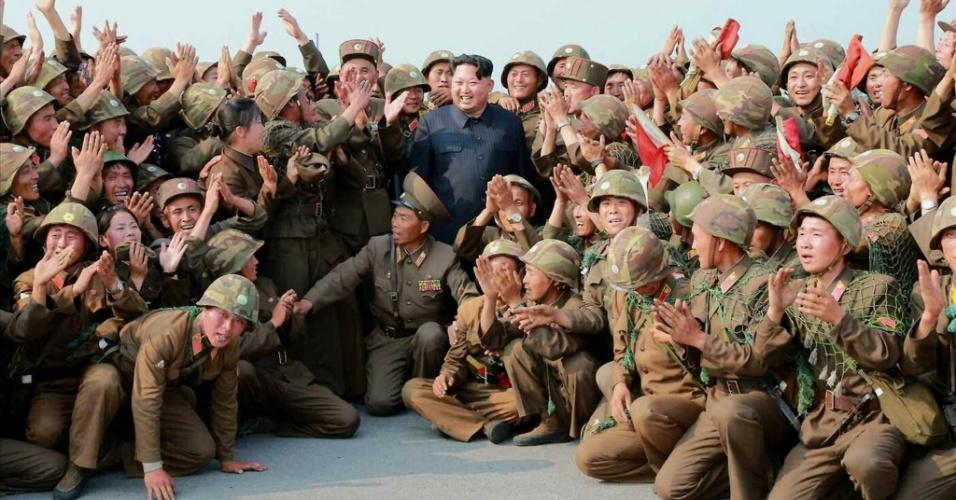 18.jun.2015 - Em imagem não datada divulgada nesta quinta-feira (18) pelo Rodong Sinmun, jornal do Partido Comunista norte-coreano, o líder supremo Kim Jong-un posa com soldados após exercício de combate antiaéreo em local não revelado