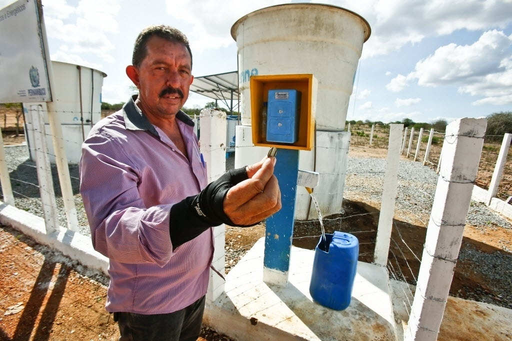 26.jun.2015 - Secretário de Agricultura de Riacho das Almas (PE), Naelson Beserra, segura ficha usada no