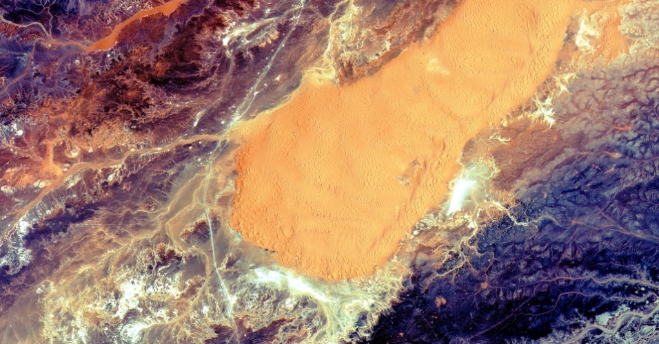 10.jun.2015 - Imagem registrada pelo satélite Sentinel-2A da Argélia, que tem 90% do seu território preenchido pelo deserto do Saara. O satélia foi lançado no dia 23 de junho da Guiana francesa e será responsável por enviar dados sobre qualidade da água, mudanças dos corpos d?água, algo importante para áreas áridas