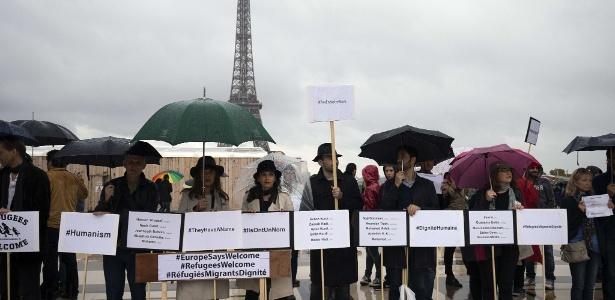 Em 2015, manifestantes fizeram protestos em Paris pedindo que refugiados fossem tratados com dignidade; nesta terça (31), a prefeita da cidade, Anne Hidalgo, anunciou a criação de acampamento humanitário que segue as normas da ONU