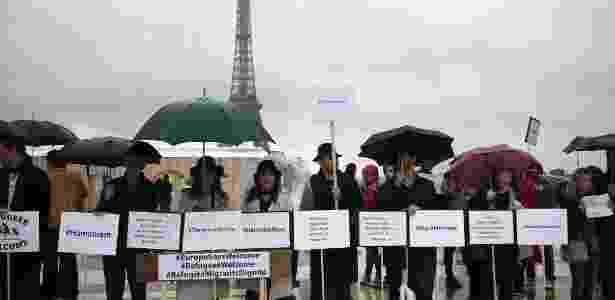 Em 2015, manifestantes fizeram protestos em Paris pedindo que refugiados fossem tratados com dignidade; nesta terça (31), a prefeita da cidade, Anne Hidalgo, anunciou a criação de acampamento humanitário que segue as normas da ONU - Joel Saget/AFP