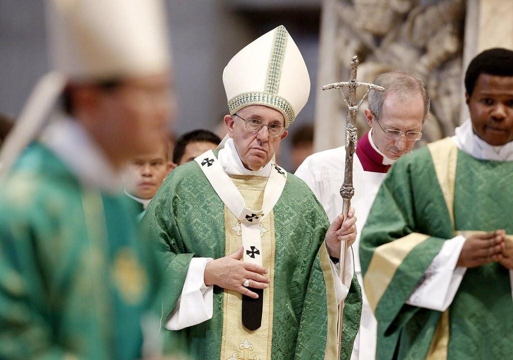 4.out.2015 - O papa Francisco realiza missa de abertura do sínodo de bispos, no Vaticano. A assembleia de sacerdotes da Igreja Católica foi convocada pelo papa para abordar a temática da família no contexto do mundo contemporâneo
