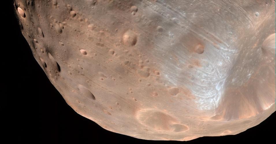 10.nov.2015 - A gravidade de Marte está destruindo uma das duas luas do planeta: Fobos. Um novo estudo do Centro Goddard de Voo Espacial da Nasa mostrou que em mais alguns milhões de anos o satélite será completamente destruído. As longas e superficiais fissuras que podem ser vistas em Fobos são possíveis sinais antecipados de uma falha estrutural que terminará na sua destruição
