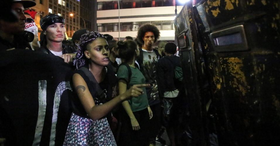 21.jan.2016 - Cordão de isolamento montado por policiais militares impede a passagem de manifestantes na avenida Ipiranga, em frente à praça da República, no centro de São Paulo, durante o 5º ato do Movimento Passe Livre (MPL) contra o aumento do valor da tarifa do transporte público na cidade