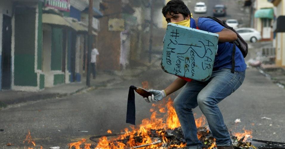 2.mar.2016 - Estudante se prepara para lançar coquetel molotov durante confronto com a polícia em protesto contra o presidente da Venezuela, Nicolás Maduro, em San Cristóbal, na Venezuela