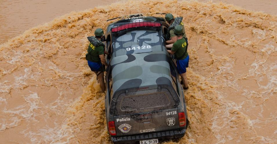 11.mar.2016 - Carro de resgate enfrenta