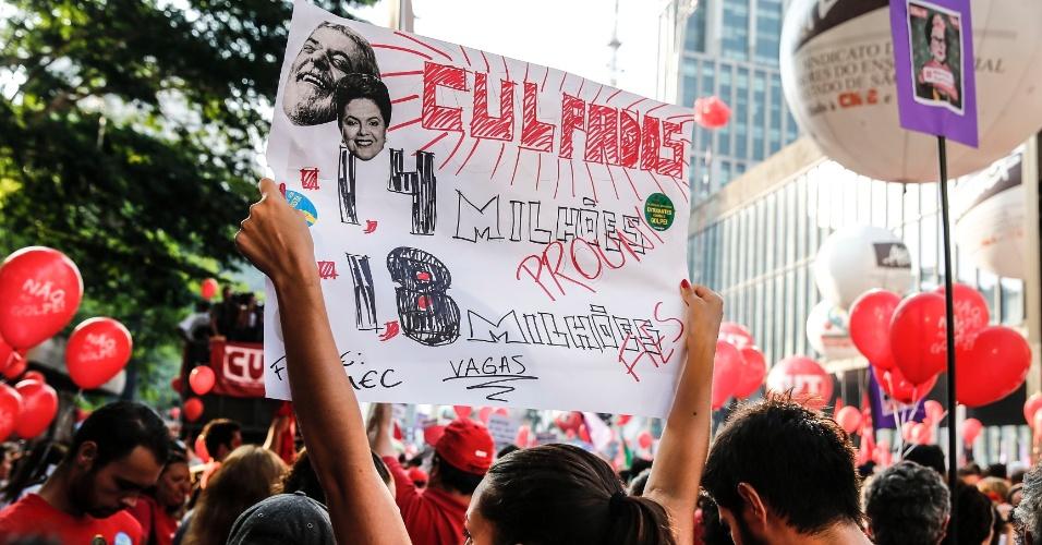 18.mar.2016 - Com cartaz irônico, manifestante lembra feitos de Lula (PT) e Dilma (PT) na educação durante protesto contra o impeachment da presidente