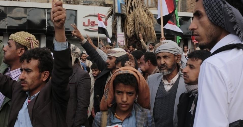26.mar.2016 - Iemenitas celebram o quinto aniversário da Primavera Árabe na praça da Mudança, em Sanaa, em 11 de fevereiro deste ano. A imagem foi feita pela fotógrafa Rawan Shaif durante viagem por cidades das áreas controladas pelos houthis no norte do Iêmen, entre outubro de 2015 e fevereiro deste ano, para documentar os efeitos da guerra na população. Há exatamente um ano, tiveram início os bombardeios da coalizão árabe contra os houthis. Segundo os rebeldes, os ataques já mataram quase 9.000 pessoas no país