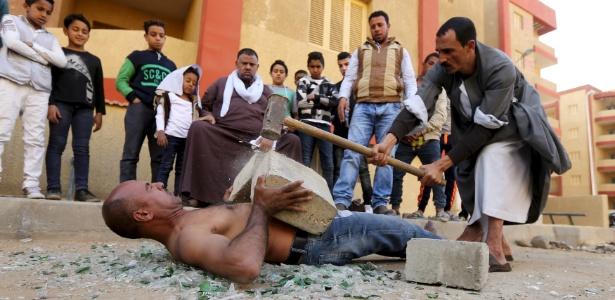 Karim Hussein, 38, é o espetáculo do bairro pobre e superpovoado de Imbaba, na periferia do Cairo