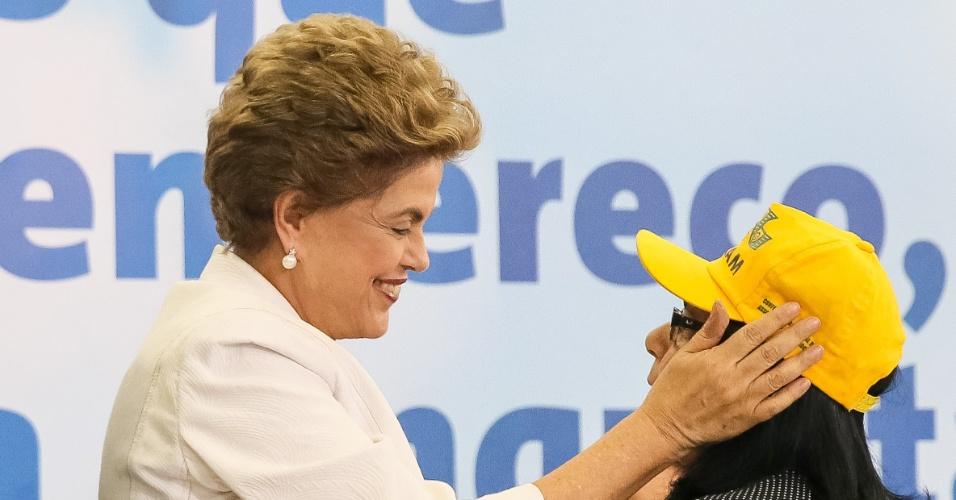 30.mar.2016 - Presidente Dilma Rousseff cumprimenta a presidente da Confederação Nacional das Associações de Moradores, Bartíria Costa durante cerimônia de lançamento do Programa Minha Casa Minha Vida 3