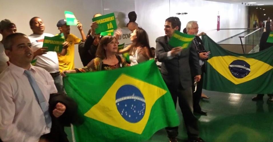 6.abr.2016 - Um grupo a favor do impeachment protesta próximo à sala onde ocorre a reunião da Comissão do impeachment, na Câmara dos Deputados, em Brasília (DF), no mesmo local, outro grupo contra o impedimento se manifestava. O encontro deu início a uma disputa de gritos de guerra