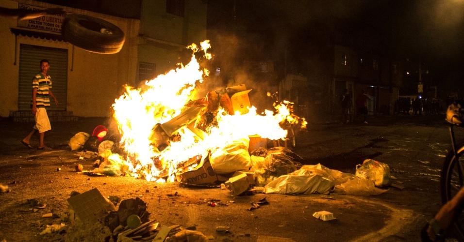 12.abr.2016 - Moradores do Jardim Vaz de Lima, na zona sul de São Paulo, realizam protesto na noite desta segunda-feira (11) e fazem barricadas com lixo e madeira na avenida Comendador Antunes dos Santos, bloqueando a via. A manifestação foi uma represália por conta da última ação policial no local, que acabou com uma pessoa morta
