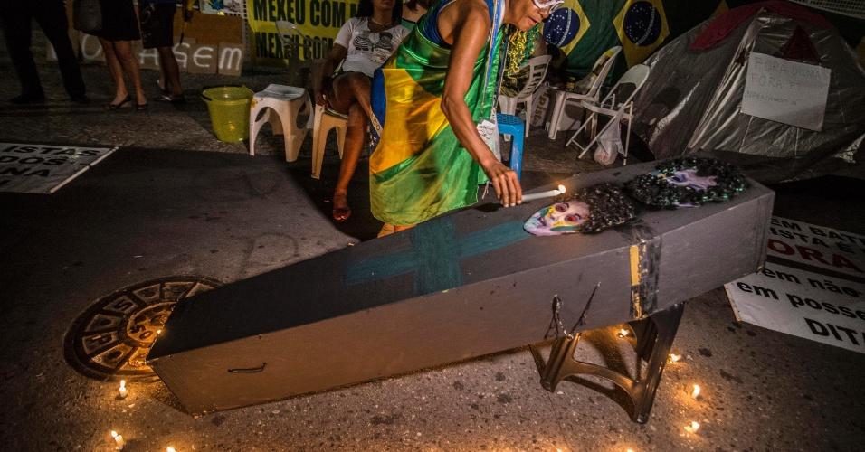 14.abr.2016 -  Manifestantes fazem velório simbólico da presidente Dilma Rousseff, no acampamento em frente ao prédio da Fiesp, na Avenida Paulista, em São Paulo