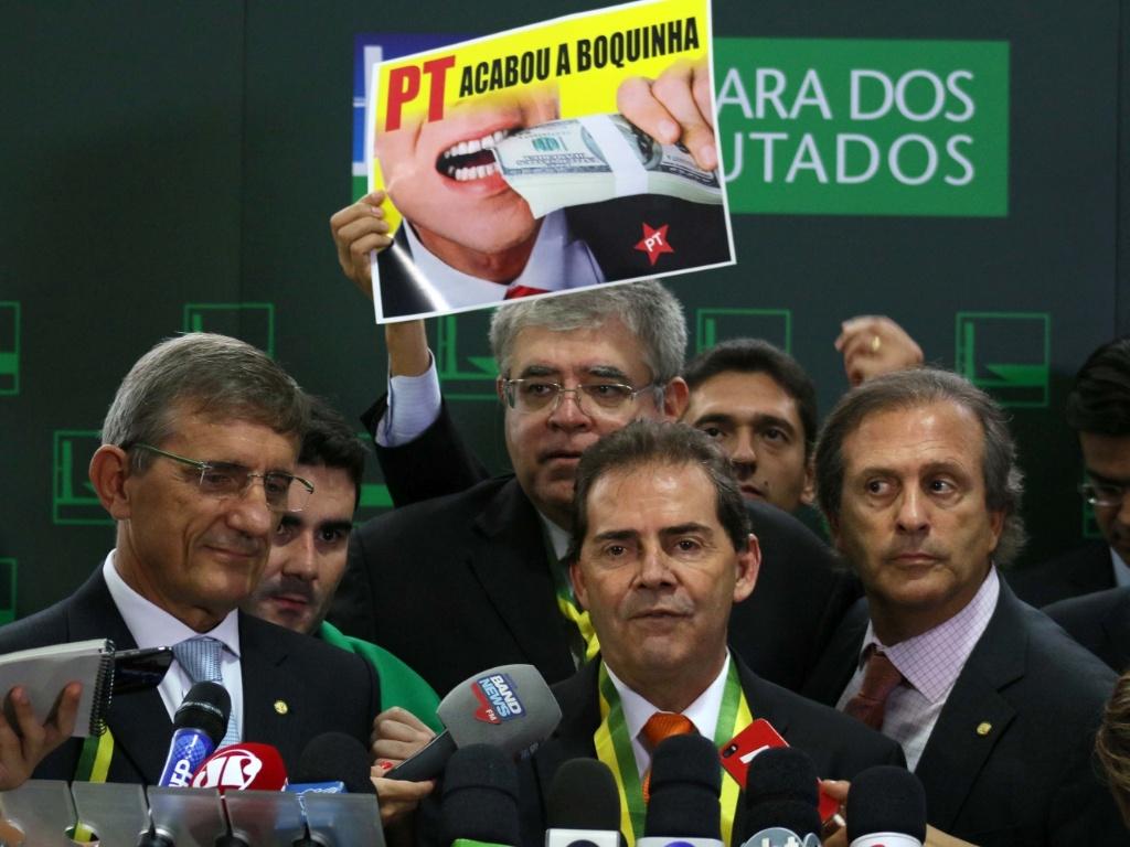 """17.abr.2016 - O deputado Paulinho da Força (SD-SP), líder do seu partido na Câmara, orientou os deputados do seu partido a votarem a favor do impeachment da presidente Dilma Rousseff. O deputado cantou uma paródia da música """"Pra não dizer que não falei das flores"""", de Geraldo Vandré"""