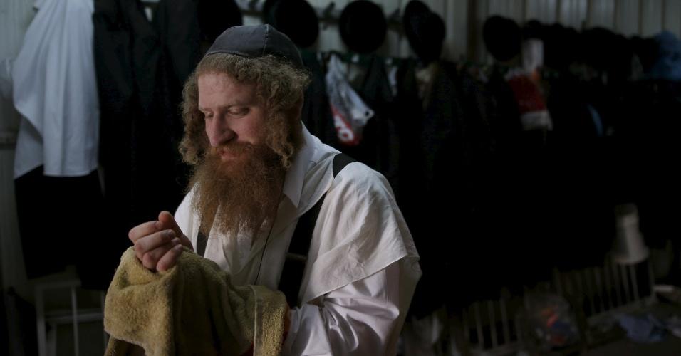 17.abr.2016 - Judeu ortodoxo da cidade de Ashdod, Israel, lava as mãos após preparar o matza, tradicional pão usado para celebrar a Páscoa Judaica