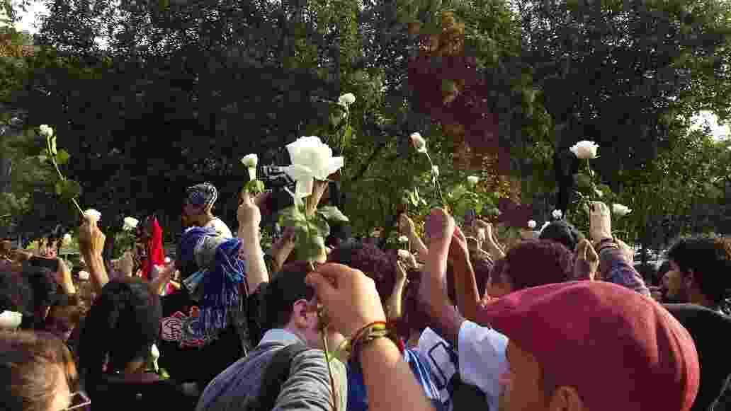 6.mai.2016 - Estudantes deixam a Alesp em cumprimento da reintegração de posse do prédio; eles estavam lá desde o dia 3 e protestavam pela instauração da CPI da merenda - Fernando Notari/UOL