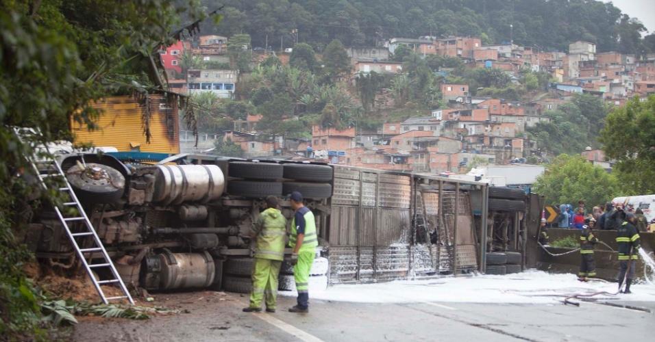 19.mai.2016 - Dois caminhões colidiram e pegaram fogo no km 79 da rodovia Fernão Dias, em São Paulo. O motorista de um dos caminhões morreu no acidente. A rodovia ficou totalmente bloqueada no sentido São Paulo e parcialmente interditada no sentido Minas Gerais