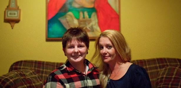 Mathew Myers, 17, estudante americano transgênero, ao lado de sua mãe, Beth Miller
