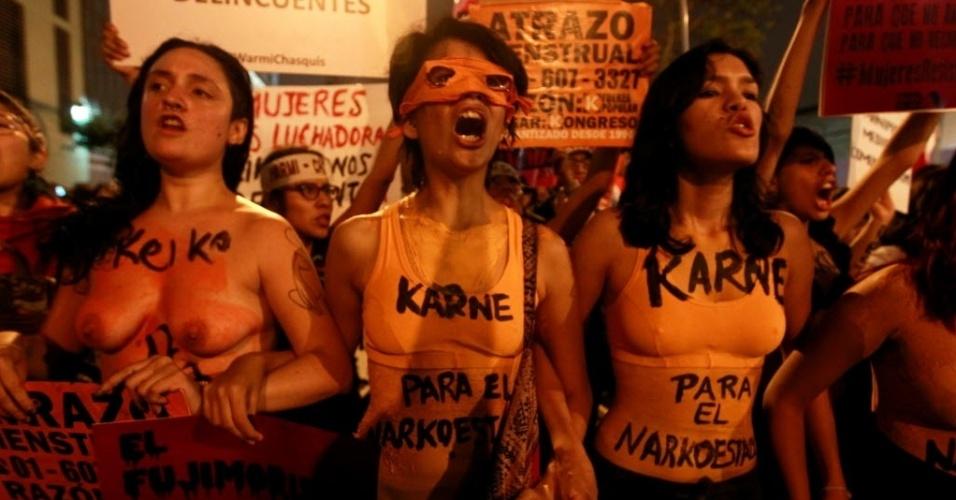 31.mai.2016 - Mulheres protestam em Lima (Peru) contra a candidatura de Keiko Fujimori, filha do ex-ditador Alberto Fujimori, à presidência do país, a cinco dias da realização do segundo turno das eleições