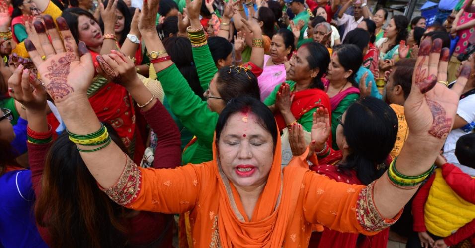 18.jul.2016 - Devotos participam de ritual religioso hindu em louvor ao deus Shiva em templo de Katmandu, capital do Nepal