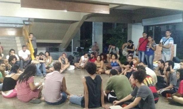 24.out.2016 - Estudantes ocupam prédio da Universidade Federal Rural de Pernambuco
