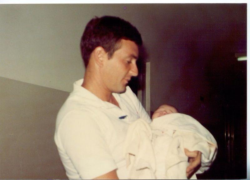 Marcelo Crivella carrega o filho recém-nascido, Marcelo, no colo, em 1985