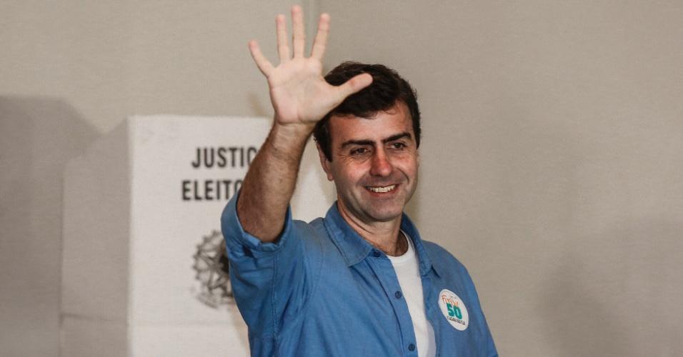 30.out.2016 - Candidato do PSOL à prefeitura do Rio de Janeiro, Marcelo Freixo, vota no Clube Paisandu, no Leblon