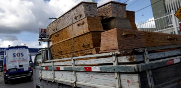 Caminhonete carrega caixões para corpos de presos mortos em presídio de Manaus
