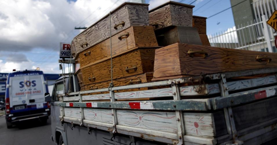 3.jan.29016 - Caminhonete carrega caixões para corpos de presos mortos em presídio de Manaus; ao menos 56 foram mortos no Compaj