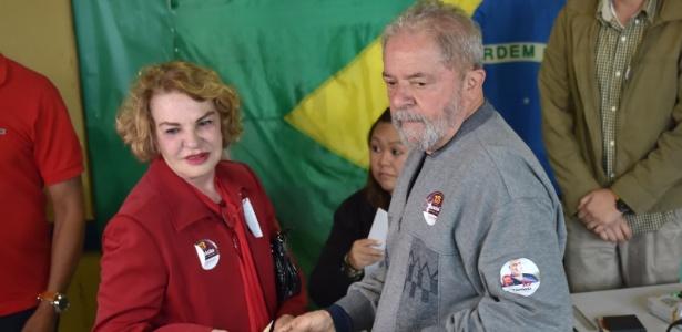 Resultado de imagem para lula e sua esposa durante votação do primeiro turno em 2016
