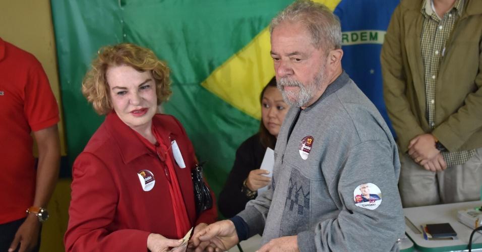 Marisa Leticia e Lula durante votação do primeiro turno em 2016