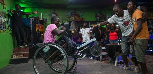 Emmanuel Dongo passa seus dias pendido esmola na capital da Libéria. À noite, vira o cantor de rap Lyrical D, em busca do sonho de viver da música