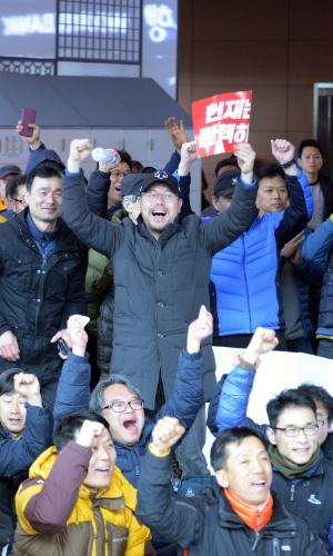 10.mar.2017 - Pessoas comemoraram em Seul a aprovação do impeachment da presidente Park Geun-hye pela Justiça sul-coreana