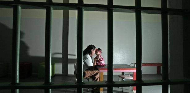 A detenta Juliete Laurindo Vieira, 27, e a filha Sofhia, de 4 meses