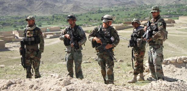 Soldados do Exército afegão participam de operação no distrito de Achin, após o bombardeio pelos EUA