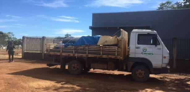 Caminhão transporta os caixões com os corpos das vítimas da chacina