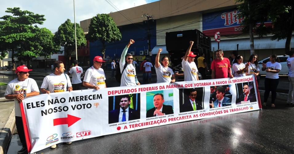 28.abr.2017 - Em João Pessoa (PB), trabalhadores e centrais sindicais paralisam vários pontos da cidade como parte do dia de greve geral contra as reformas da Previdência e trabalhista