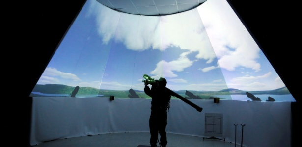 Soldado venezuelano pratica em simulador como parte de um exercício militar na Venezuela