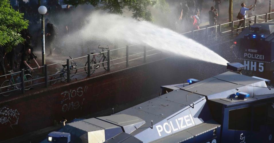6.jul.2017 - Polícia anti-distúrbios usa canhões de água para dispersar manifestantes durante protestos contra a cúpula do G20 em Hamburgo, na Alemanha
