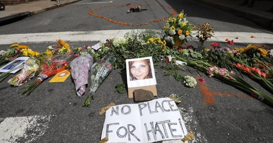 13.ago.2017 - Flores e homenagens foram deixadas no local onde um carro atropelou vários manifestantes e matou uma pessoa em Charlottesville, na Virgínia (EUA). A vítima fatal foi identificada como Heather Heyer, de 32 anos