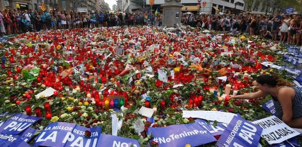 26.ago.2017 - Pessoas depositam homenagens para vítimas de atentado em Barcelona - LUIS GENE/AFP