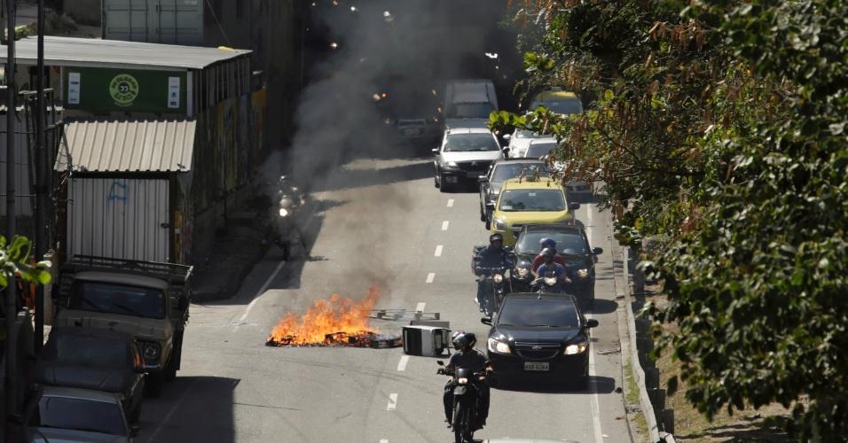 22.set.2017 - PM faz operação na comunidade da Rocinha. Na foto, troca de tiro de policiais em baixo da passarela.