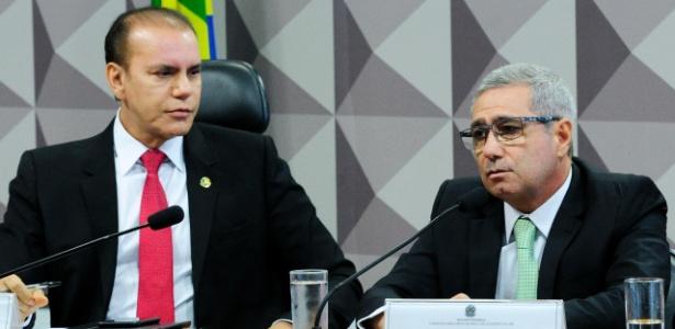 Ex-diretor de Relações Institucionais do grupo J&F, Ricardo Saud (à dir.), presta depoimento à CPI da JBS ao lado do senador Ataídes Oliveira (PSDB-TO)
