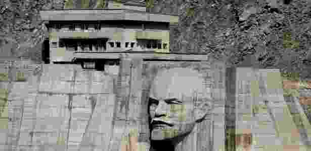 Relevo no formato do rosto de Vladimir Lênin é visto em uma barragem de reservatório de água em Kirov na região de Talas, no oeste do Quirguistão - SHAMIL ZHUMATOV/REUTERS - SHAMIL ZHUMATOV/REUTERS