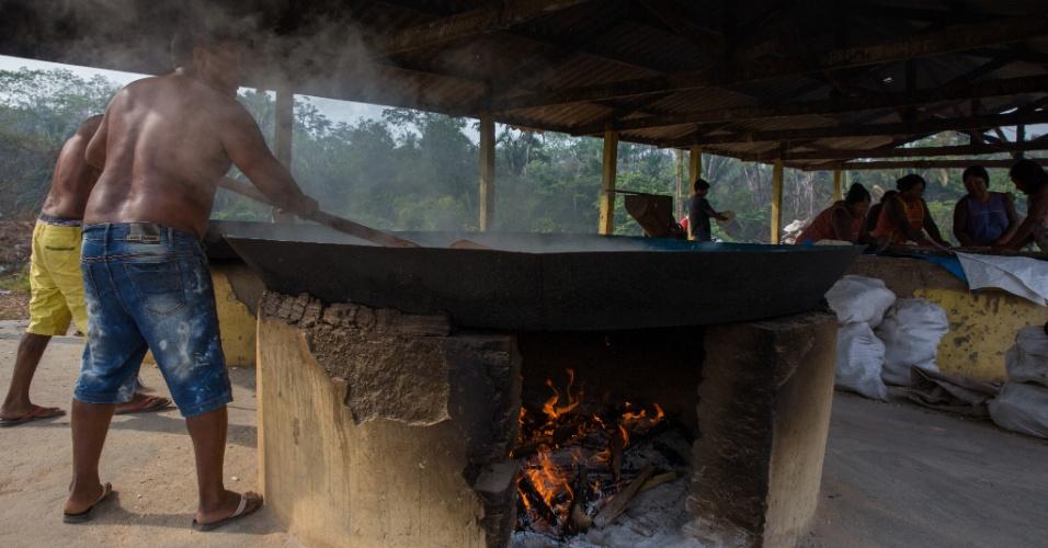 1º.dez.2017 - O indígena Bemoro Xikrin faz a torra da mandioca para produzir farinha