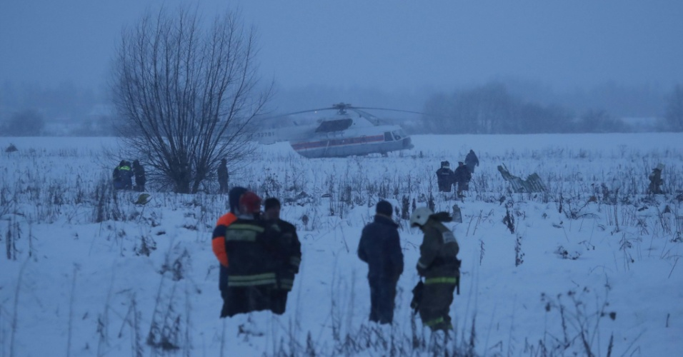 Autoridades buscam destroços e corpos após a queda do bimotor russo Antonov AN-48 da Saratov Airlines que caiu em um vilarejo próximo a Moscou