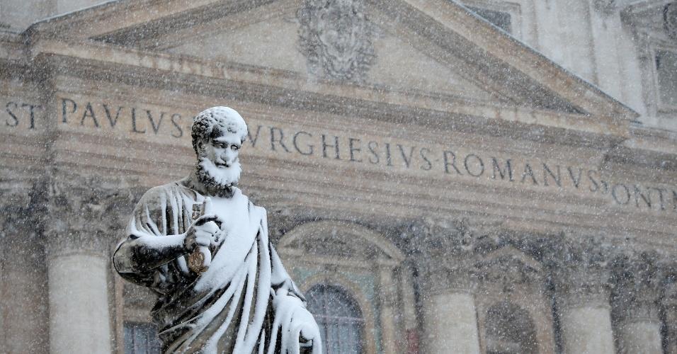 26.fev.2018 - Estátua é coberta de neve na praça São Pedro, no Vaticano, na Itália