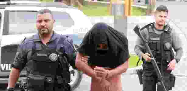 Homem preso durante operação contra milícia em Santa Cruz - José Lucena/Futura Press/Estadão Conteúdo