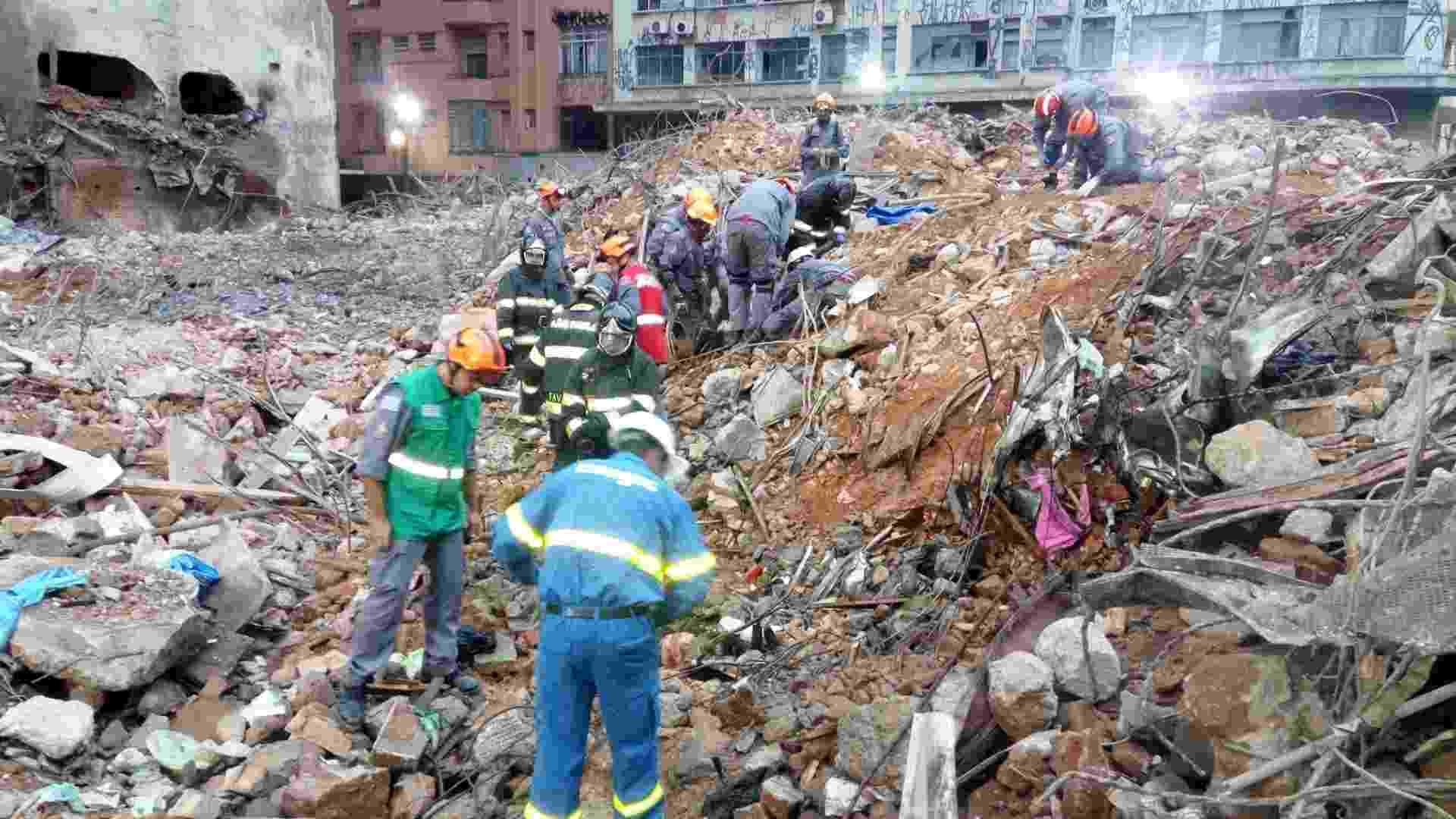 8.mai.2018 - Bombeiros trabalham no local onde foi localizado o corpo da segunda vítima do desabamento do edifício Wilton Paes de Almeida, no largo do Paissandu, região central de São Paulo - Divulgação/Bombeiros SP
